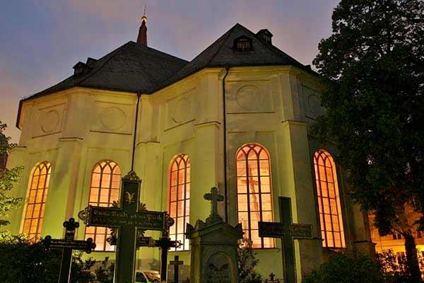 die hellerleuchtete Parochialkirche bei Nacht