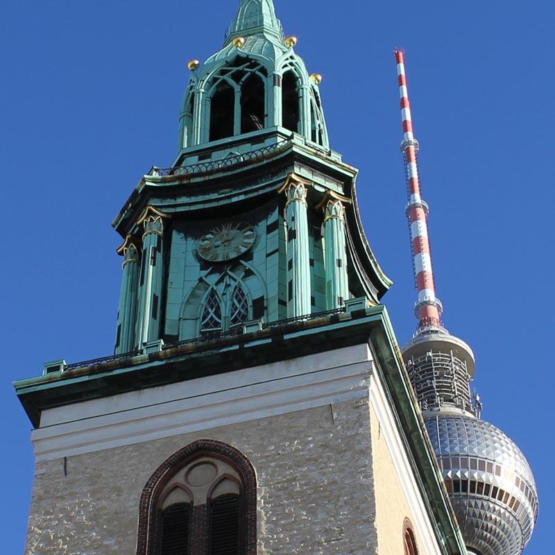 Bildausschnitt vom Turm der St. Marienkirche und Fernsehturm
