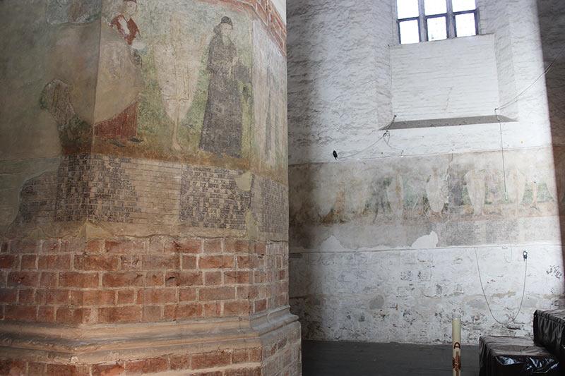 Wandgemälde -Totentanz- im Eingang der St. Marienkirche