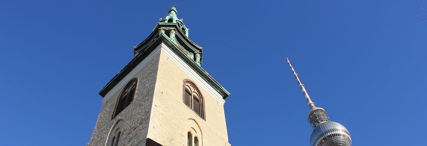 Ansicht der Turmspitze der St. Marienkirche und Spitze des Fernsehturms