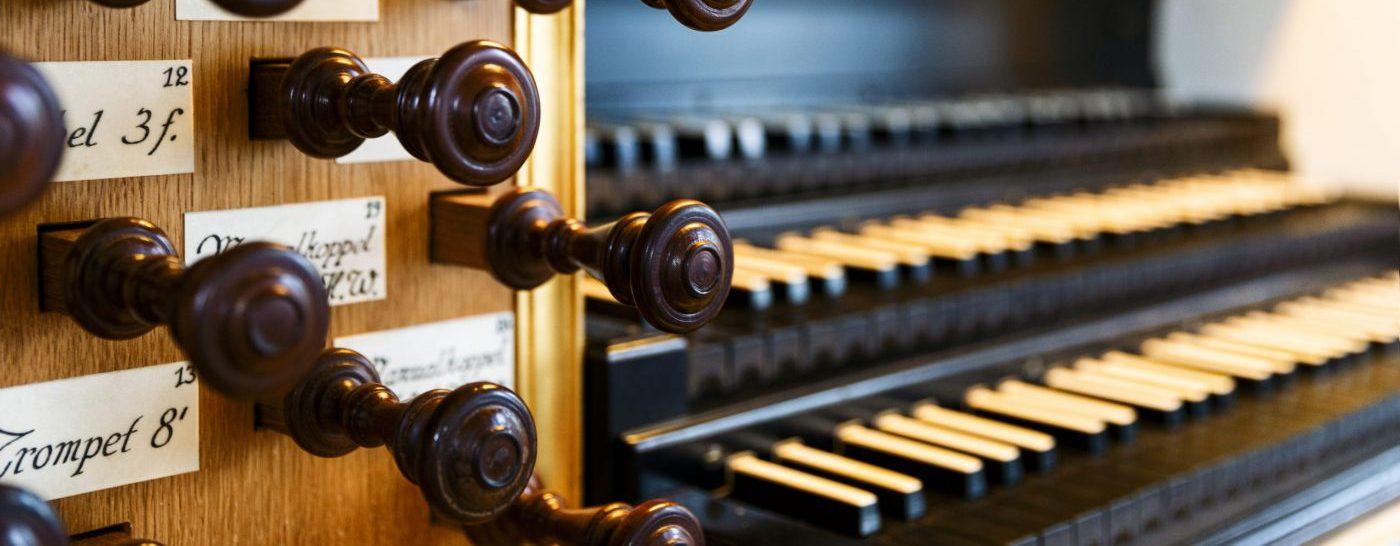 Blick auf den Spieltisch der Wagner-Orgel in der St. Marienkirche Berlin